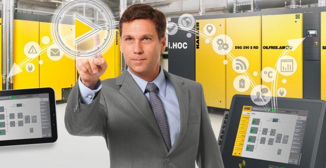skruvkompressor-KAESER-maskiner-medarbetare-pekar-vetenskap