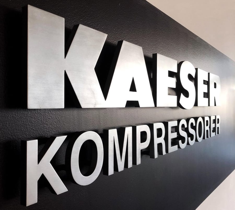 kaeser-kontakt-kontor-vägg-skylt
