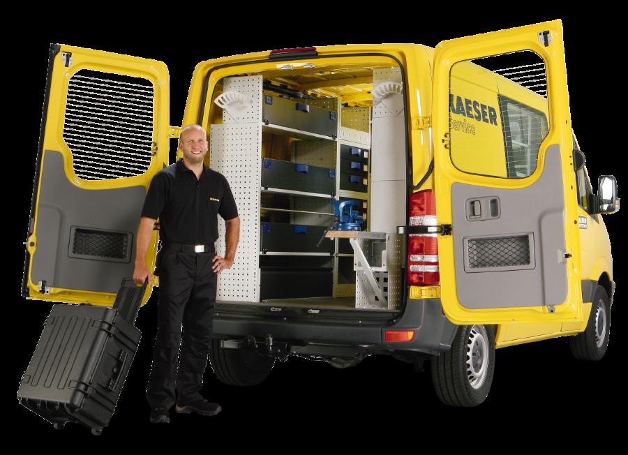 skruvkompressor-KAESER-bil-man-öppna-dörrar